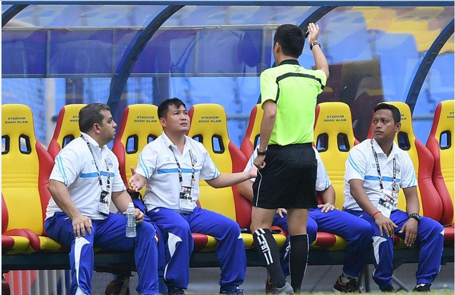 Đây chính là nguyên nhân khiến trợ lý HLV Campuchia bị đuổi ở trận gặp U22 Việt Nam
