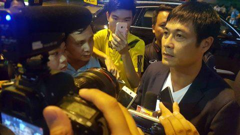 Vừa xuống sân bay, HLV Hữu Thắng lập tức đề cử 4 người có thể thay mình dẫn dắt ĐT Việt Nam
