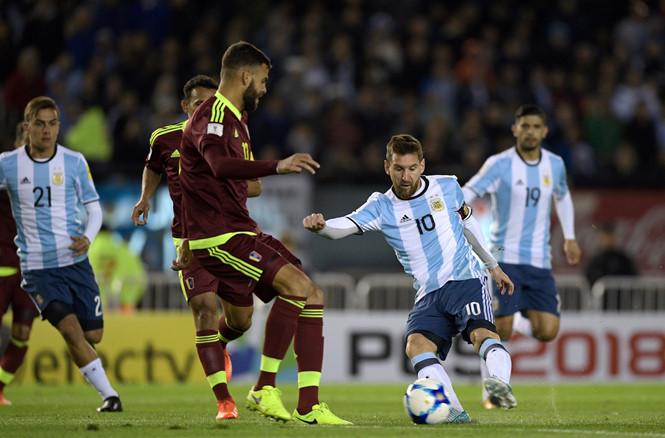 Argentina tiếp tục bất lực trước đội bét bảng, Messi đứng trước nguy cơ phải xem Ronaldo đá World Cup qua TV