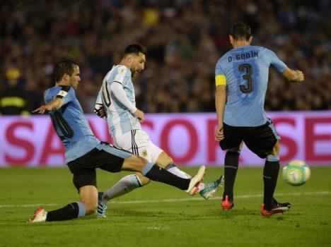 Làm mọi cách ngăn cản Messi, Uruguay cầm hòa Argentina trên sân nhà