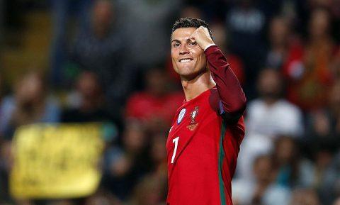 """Cristiano Ronaldo chính thức vượt qua """"Vua bóng đá"""" Pele sau cú hattrick siêu đẳng"""