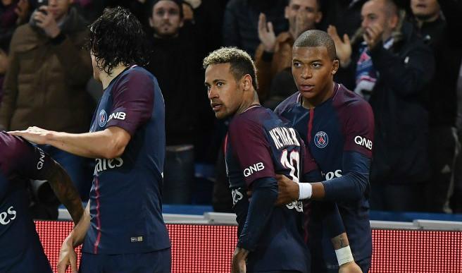 """Neymar JR, từ chú bé được nuông chiều đến """"siêu sao"""" gây rắc rối"""