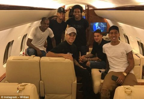 Dàn sao Brazil 'quậy' tưng bừng trên máy bay sau trận hòa Colombia