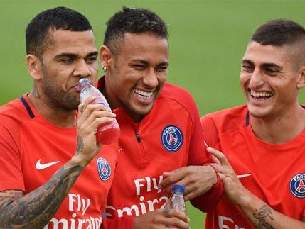 Bị chê bám váy Neymar, Alves phản pháo Forlan