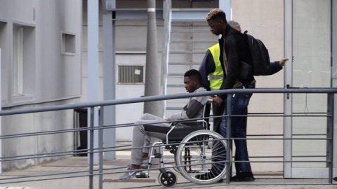 Nhìn Dembele ngồi xe lăn, fan Barca nghĩ gì?