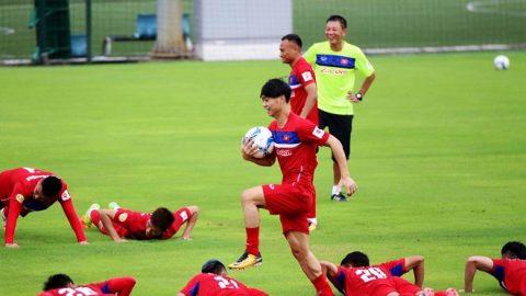ĐT Việt Nam có buổi tập làm quen mặt sân SVĐ Olympic