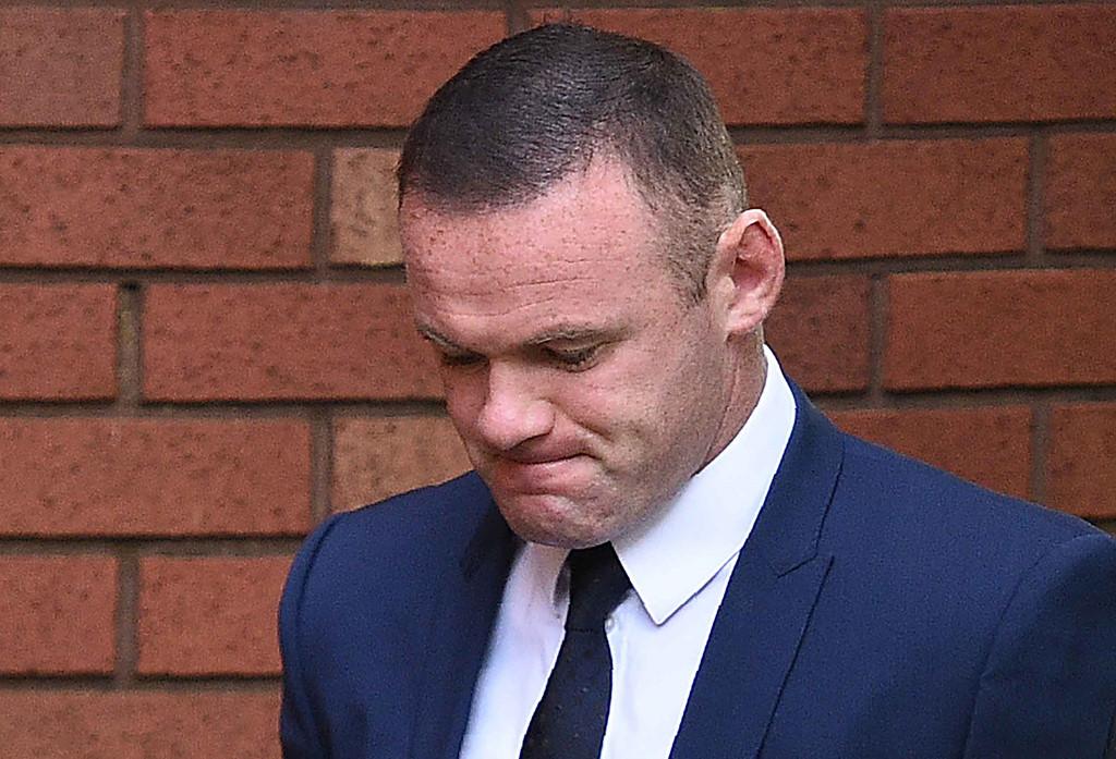 """Rooney chính thức nhận án phạt sau vụ """"bay đêm"""" với gái lạ"""