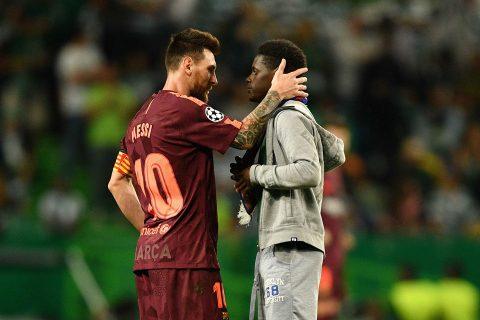 Giữa tiếng hô vang Ronaldo, fan vẫn chạy vào sân hôn…chân Messi