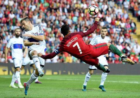 """""""Siêu nhân"""" Ronaldo lập hattrick siêu đẳng, Bồ Đào Nha nghiền nát Quần đảo Faroe"""