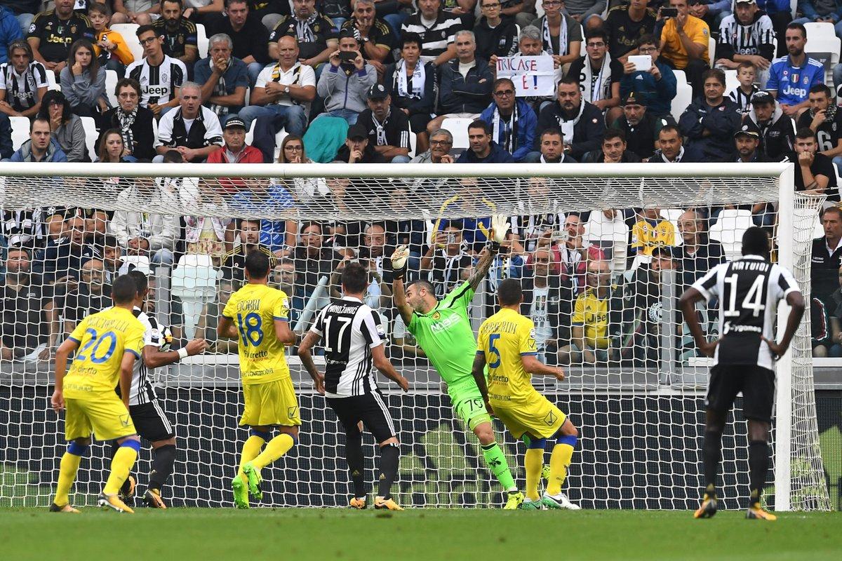 Đã hay lại còn may, Juventus thắng nhàn Chievo trên sân nhà