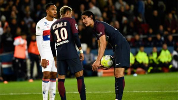 NÓNG: Neymar bỏ theo dõi Cavani, suýt tẩn đồng đội trong phòng thay đồ
