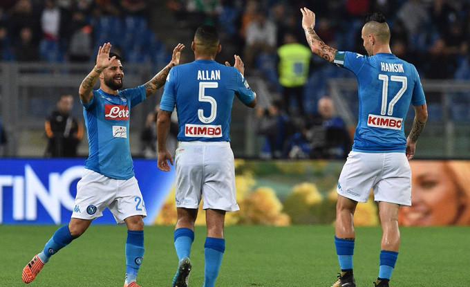 Hạ đẹp Roma, Napoli tiếp tục vững vàng ở ngôi đầu Serie A
