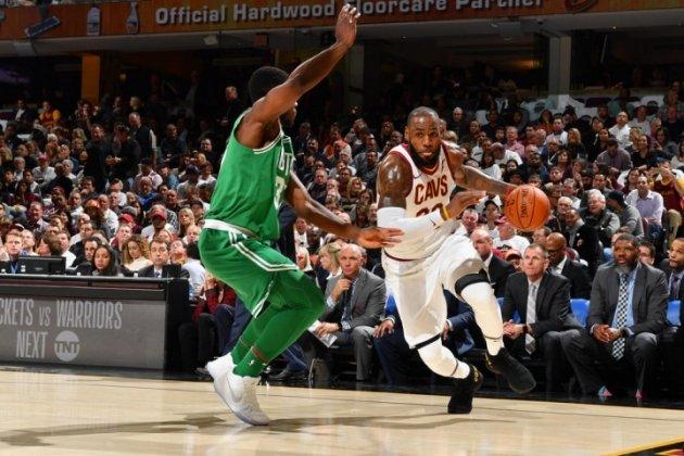 King LeBron chói sáng, Cleveland Cavaliers nhọc nhằn đả bại Boston Celtics
