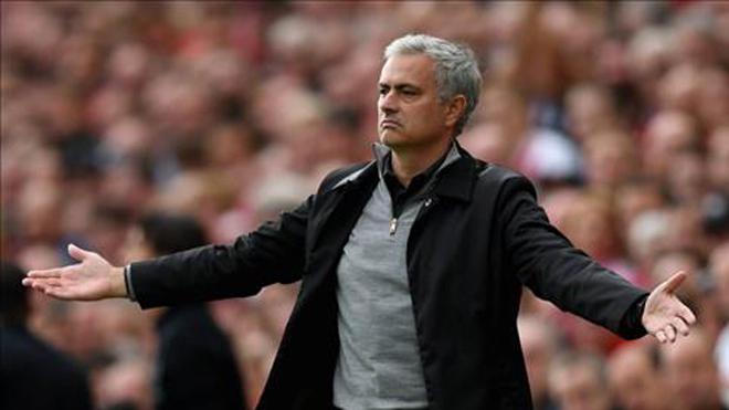 Điểm tin sáng 15/10: Mourinho công kích Klopp; Cựu sao Arsenal đòi bán Ozil