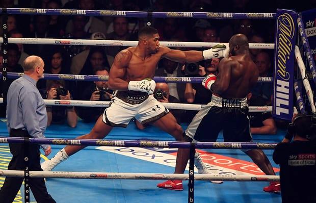 Joshua đánh bại Takam bằng quyết định dừng trận đấu gây tranh cãi