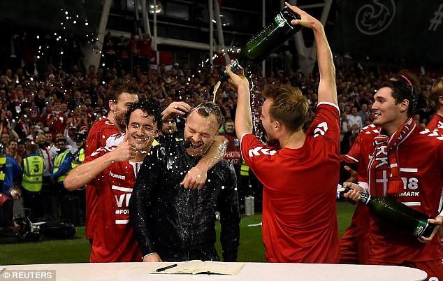 Ăn mừng vé World Cup, tuyển thủ Đan Mạch trút bia lên đầu BLV Eurosport