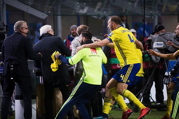 Ăn mừng vé World Cup, Thụy Điển phá hỏng studio dã chiến của BLV