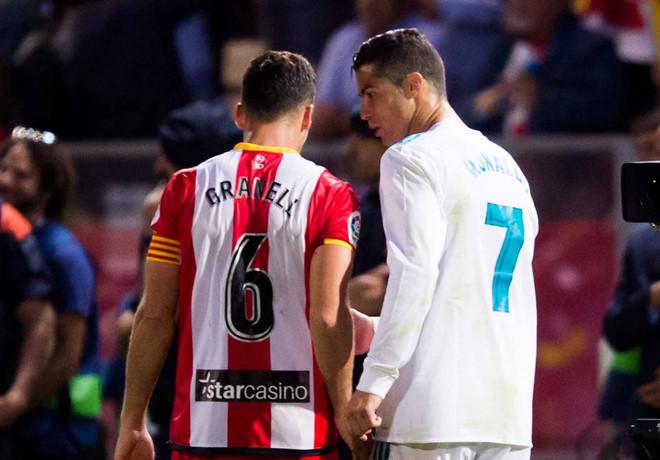Ronaldo từ chối đổi áo vì đối thủ 'chơi xấu'