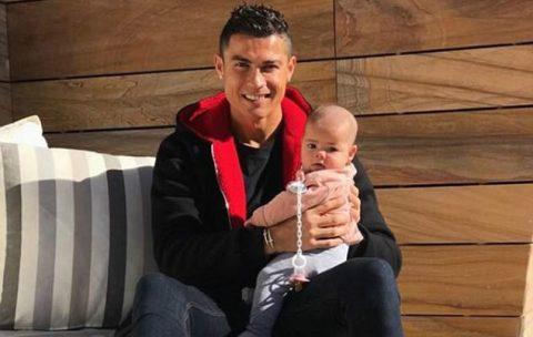 Ronaldo khoe ảnh hạnh phúc bên con gái trên mạng xã hội