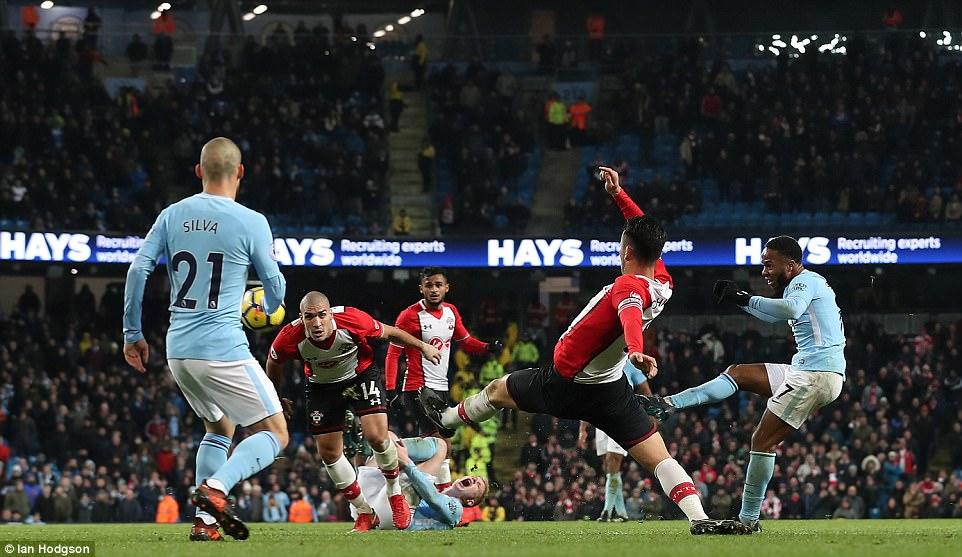 Sterling lập siêu phẩm phút 90+6, Man City vững vàng ngôi đầu