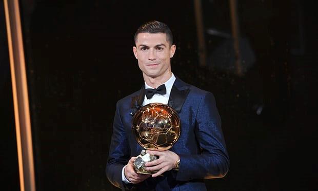 Ronaldo giành Quả bóng vàng thứ 5, cân bằng kỷ lục của Leo Messi
