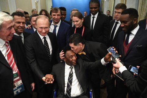 Maradona hôn trán Pele ở lễ bốc thăm dưới sự chứng kiến của Tổng thống Putin
