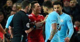 CỰC SỐC: Mourinho bị ném chai vào đầu, trợ lý Arteta chảy máu đầu trong vụ xô xát