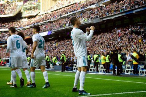 Ronaldo lập cú đúp mừng bóng vàng giúp Real thắng lớn Sevilla