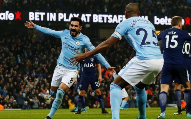 """""""Làm thịt"""" Gà trống, Man City bay cao trong nỗi tuyệt vọng của Premier League"""