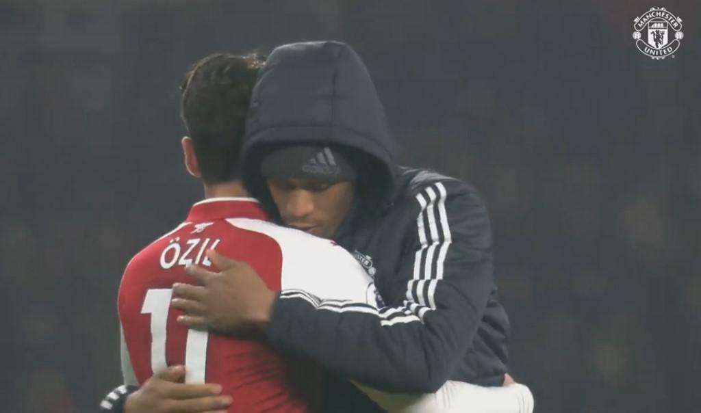 Điểm tin sáng 03/12: Ozil chúc mừng MU; Tottenham sắp mất Alderweireld