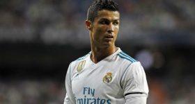 """Fan United bực bội vì """"chú bé chăn cừu"""" Ronaldo"""