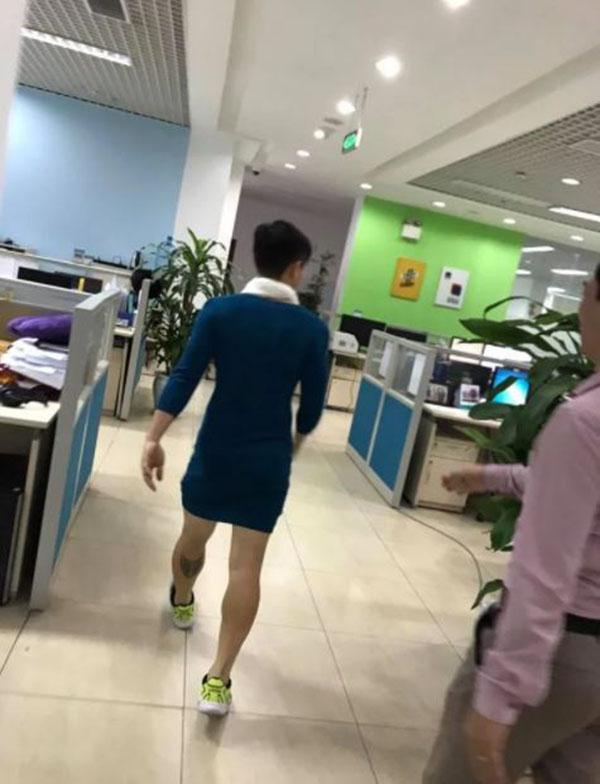 Việt Nam nói là làm, thanh niên mặc váy đi làm sau trận thắng của U23 Việt Nam