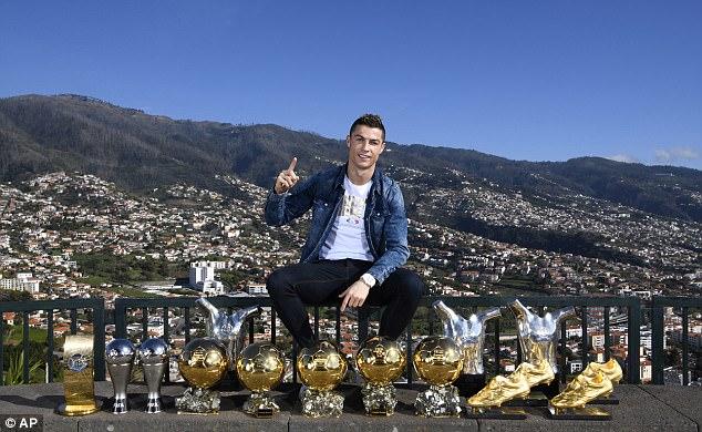 Đầu năm mới, Ronaldo khoe bộ danh hiệu cá nhân đồ sộ trước núi non hùng vĩ