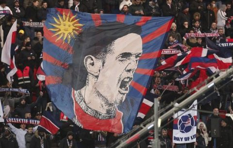 Fan PSG phất cờ tôn vinh Cavani, căm ghét la ó Neymar