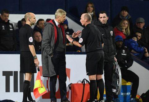 Arsène Wenger nhận án phạt cấm chỉ đạo từ FA