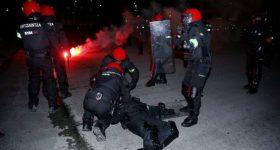 KINH HOÀNG ở Europa League: Một cảnh sát bị hooligan đánh thiệt mạng