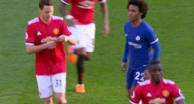 """HÀI HƯỚC trận M.U vs Chelsea: Willian đi xem lén """"mật thư"""" của Mourinho"""