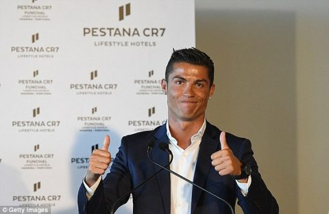 Ronaldo chuyển nhà sách cổ trăm năm thành khách sạn Pestana CR7