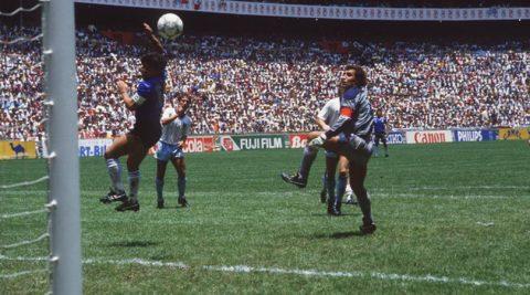Maradona 'tuyên chiến' với VAR để bảo vệ bàn thắng bằng tay