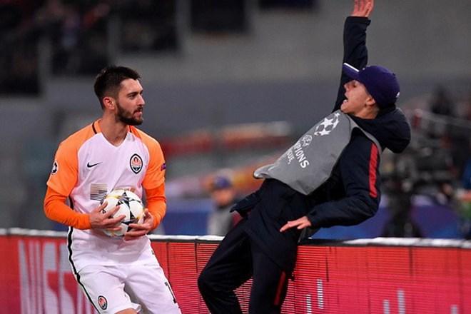 Tiền đạo Shakhtar có hành động phi thể thao với cậu bé nhặt bóng