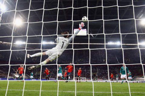 Quả bóng trở thành kẻ thù ngày càng nguy hiểm với thủ môn