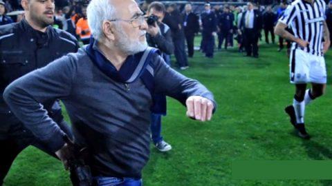 Chủ tịch CLB mang súng xuống sân đòi bắn trọng tài sau khi bị từ chối bàn thắng