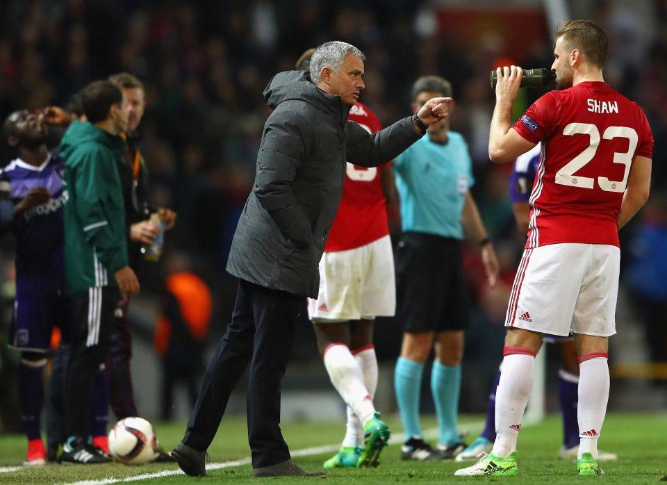 Mourinho công khai chỉ trích Luke Shaw