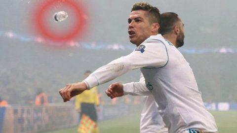 SỐC: Ronaldo suýt lãnh nguyên chai nước vào mặt