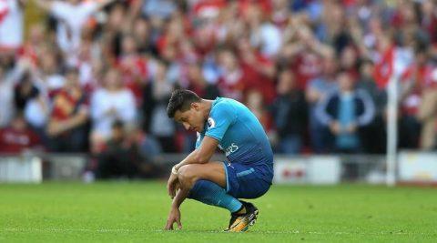 """Alexis Sanchez bị mọi cầu thủ của Arsenal """"không thèm nhìn mặt"""""""