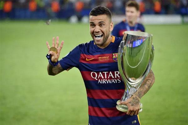 Dani Alves giành được nhiều Cup hơn số tuổi